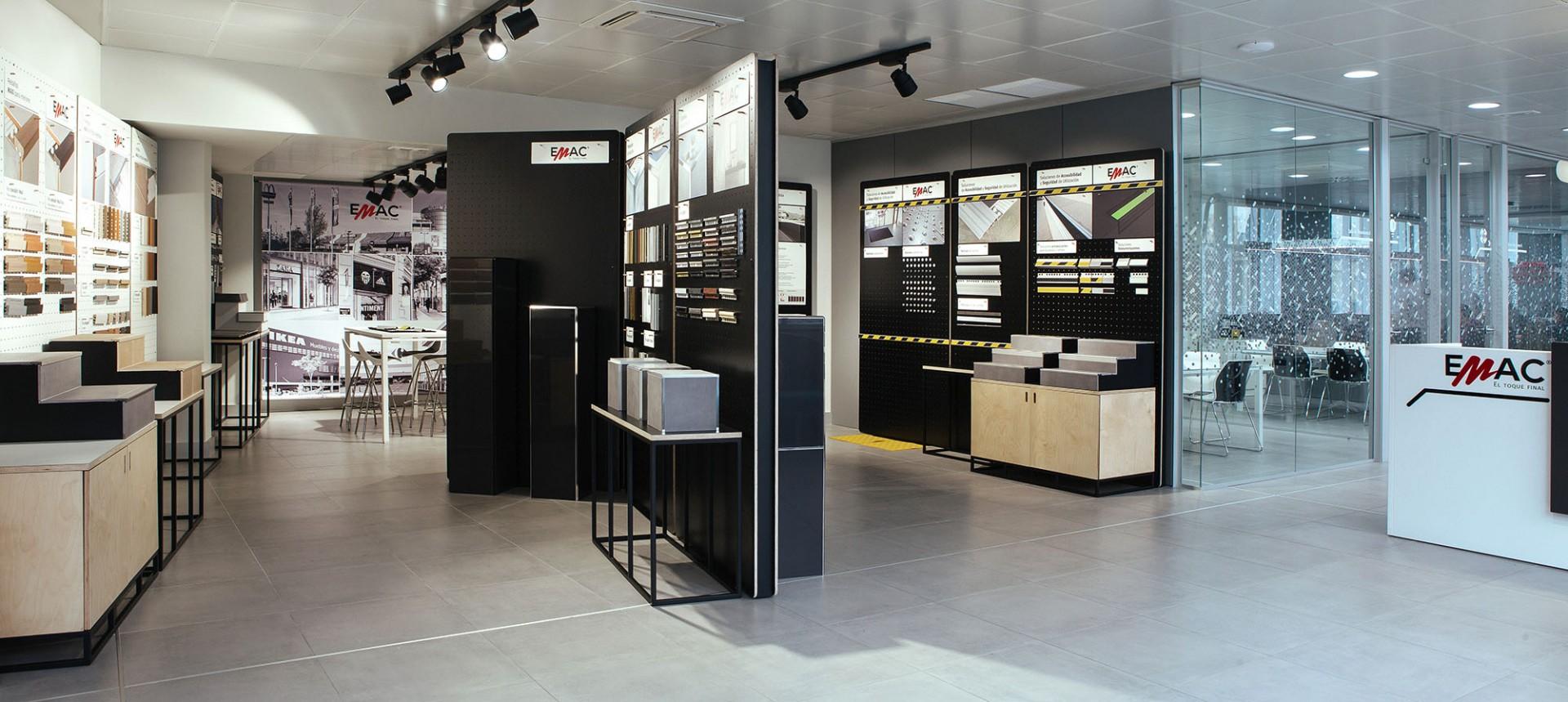 Showroom para oficinas EMAC diseñado por Samaruc Estudio